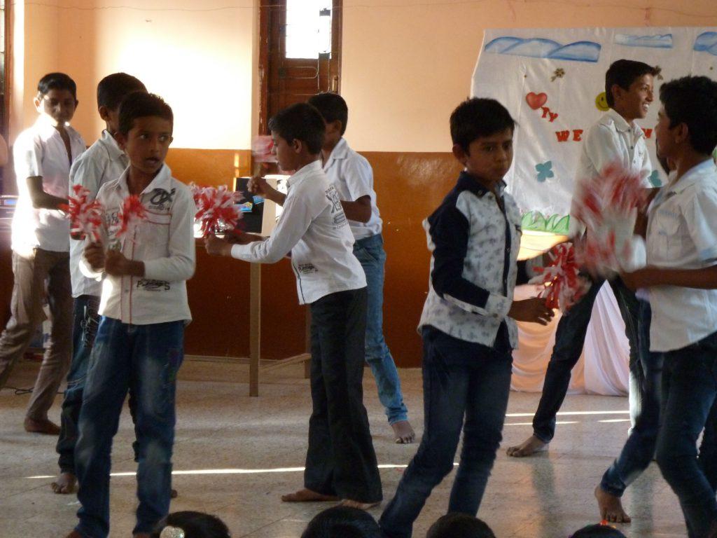 dharangaon-jongens-met-majorette-pompons