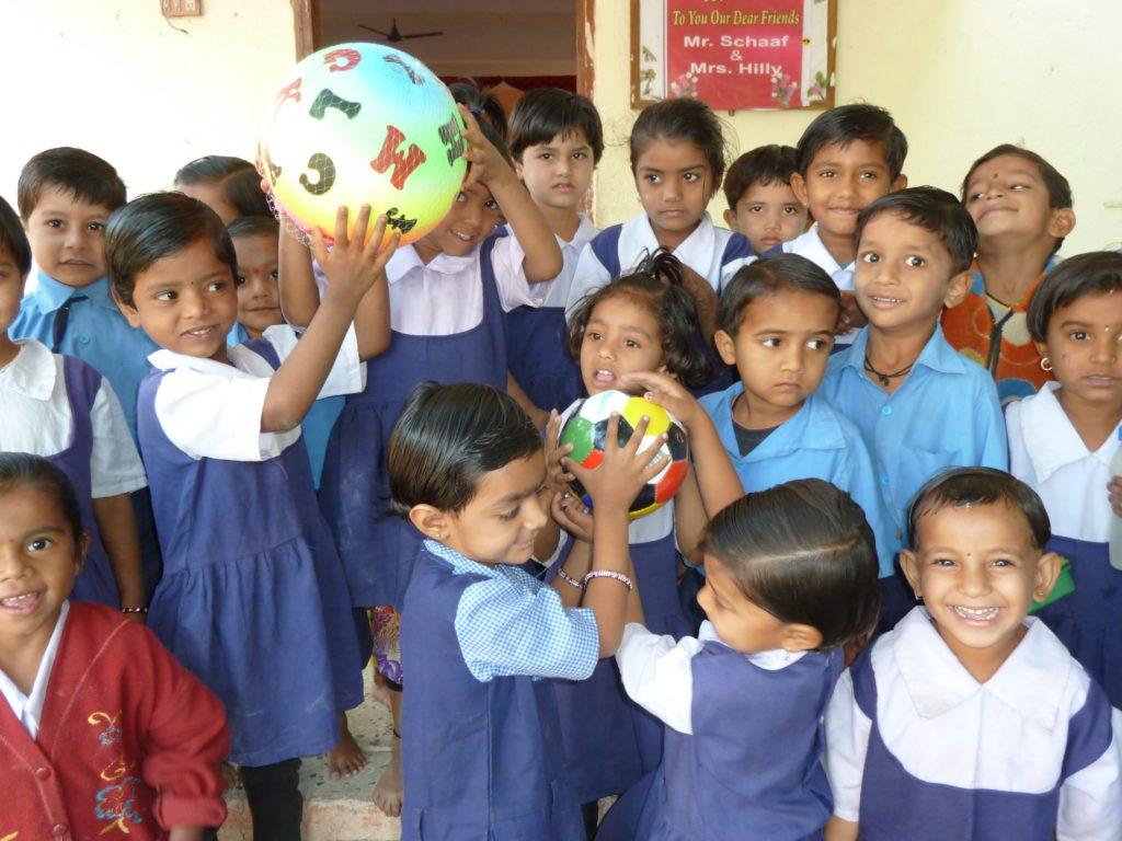 dharangaon-balwadikindren-met-nieuwe-ballen