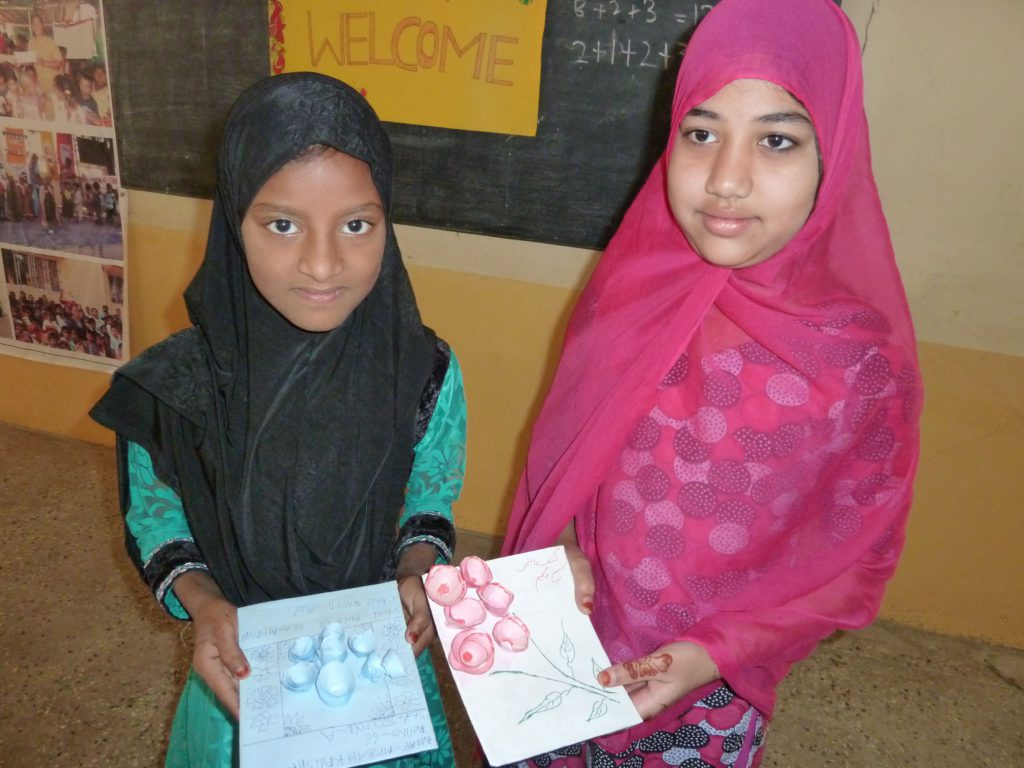 sadath-nagar-twee-meisjes-laten-hun-handwerkjes-van-papier-zien